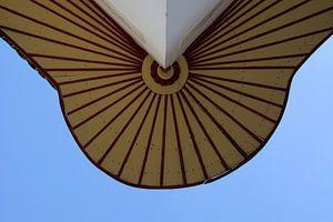 Onderkant van een balkon tegen stralend blauwe lucht van