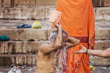 un homme se lave dans le Gange pendant la puja hindoue, Varanasi, Inde. sur Tjeerd Kruse