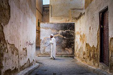 Marokkaanse man bij muur in Fez van Paula Romein