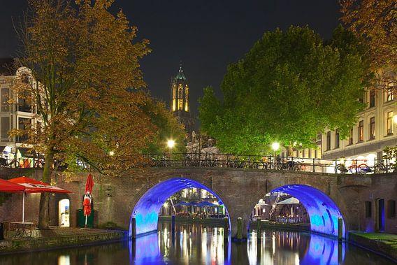 Gracht te Utrecht met top van de Dom  (  Oudegracht ) van Anton de Zeeuw