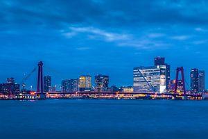 Skyline van Rotterdam bij avond van