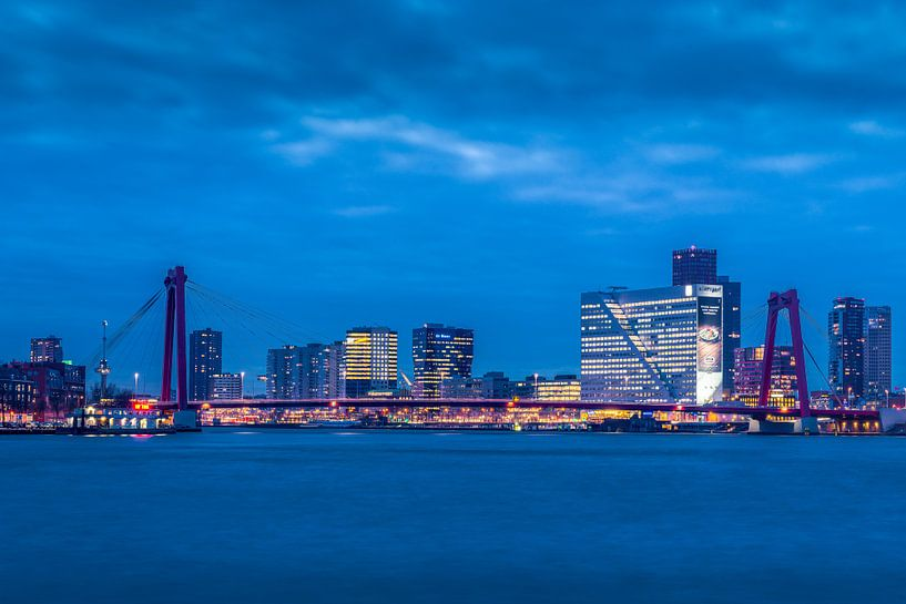Skyline van Rotterdam bij avond von Rob IJsselstein