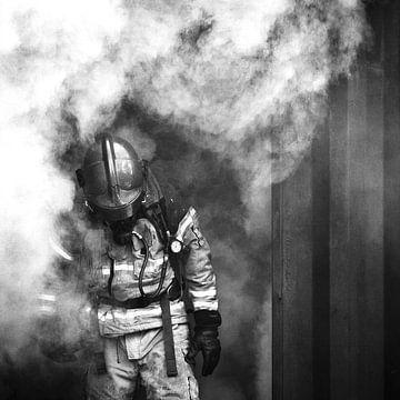 Brandweerman in rook, zwart wit van Desiree Tibosch