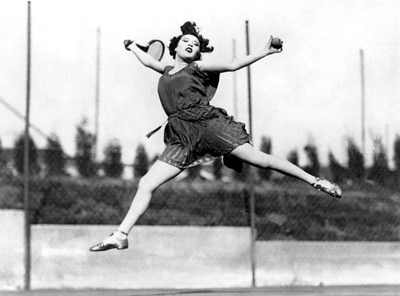 Leaping Tennis Woman, Hollywood, California, 1927 (b/w photo) von Bridgeman Images