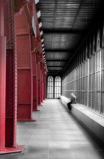 wachten in het treinstation van Antwerpen  van Ribbi The Artist