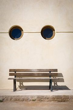 Bank mit zwei runden Fenstern wie ein Gesicht von Studio Zwartlicht
