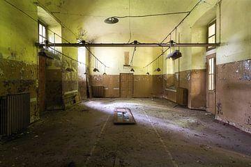 Ruimte in een Verlaten Ziekenhuis. van Roman Robroek