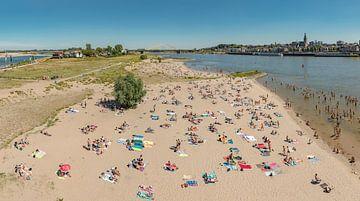 Het Waalstrandje op het Lent-eiland, Nijmegen, Nederland van Rene van der Meer