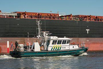 Le patrouilleur des douanes Kokmeeuw sur le canal de la mer du Nord. sur scheepskijkerhavenfotografie