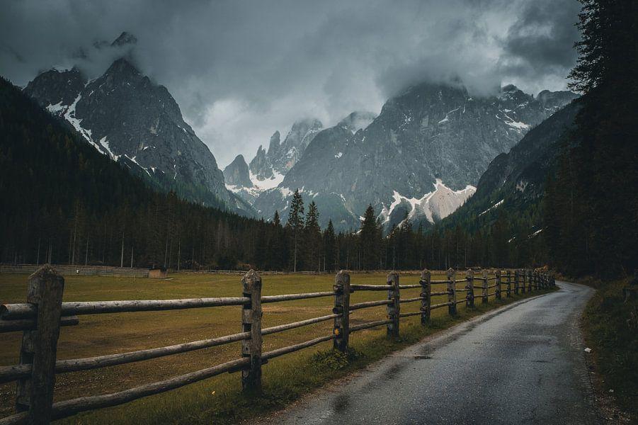 Dark mood in the Dolomites van michael regeer