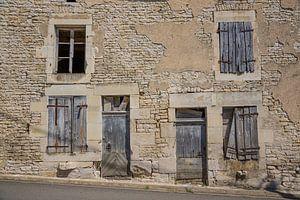 Alte Türen und Fenster in Gebäuden in Frankreich