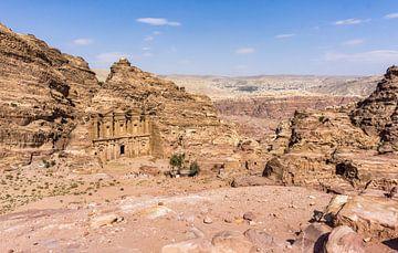 Uitzicht op het monastery in Petra, Jordanië van Reis Genie