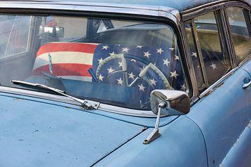 Oldtimer mit amerikanischer Flagge von Harry Wedzinga