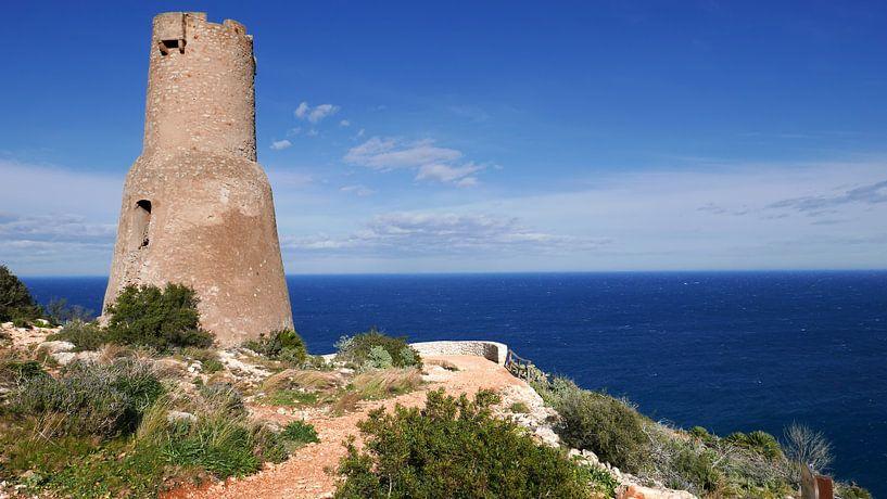 Le phare antique Torre del Gerro sur la côte près de Denia sur Gert Bunt