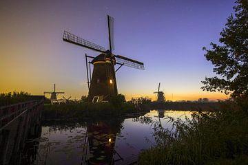Kinderdijk met zijn molens in de vroege morgen van Dirk van Egmond
