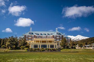 Hotel Chateau Tongariro in Tongariro National Park, Nieuw-Zeeland van Christian Müringer