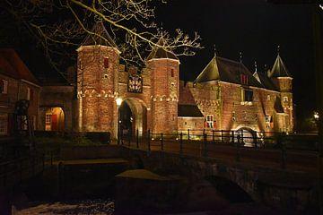 De Koppelpoort (Amersfoort) bij nacht van Herman Keizer