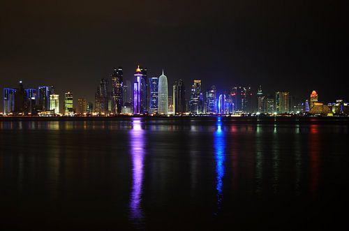 Doha, de hoofdstad van Qatar, verlicht in de nacht van iPics Photography