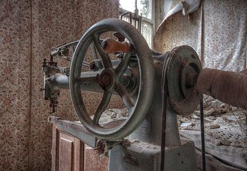 Verlaten plekken: Adler Sewing machine van Preciousdecay by Sandra