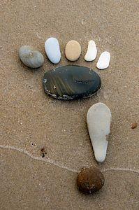 Des pas de pierre sur la plage.