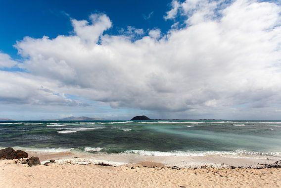 Strand van Corralejo op Fuerteventura met vulkanisch uitzicht