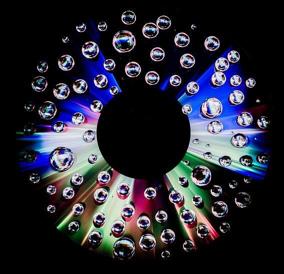 CD met waterdruppels - dark edge van Photography by Karim