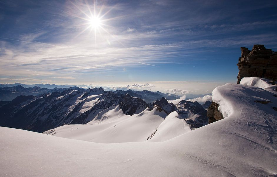Bergen, landschap, berglandschap in de Alpen vanaf top Gran Paradiso met Sneeuw, Ijs en Zon, Italië van Frank Peters