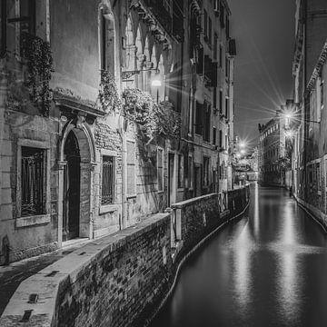 Italien in quadratischem Schwarz-Weiß, Venedig am Abend II von Teun Ruijters