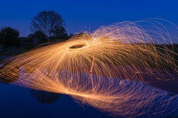 Een deksel van staalwol over water.  von Robert Wiggers
