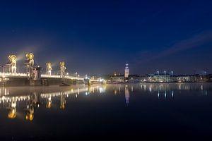 La façade de la ville de Kampen avec le Nouveau Pont le matin sur Fotografie Ronald