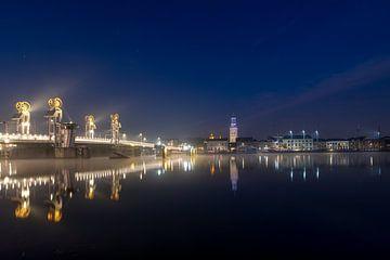 La façade de la ville de Kampen avec le Nouveau Pont le matin