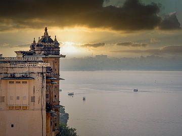 India - Udaipur - Zonsondergang achter het stadspaleis
