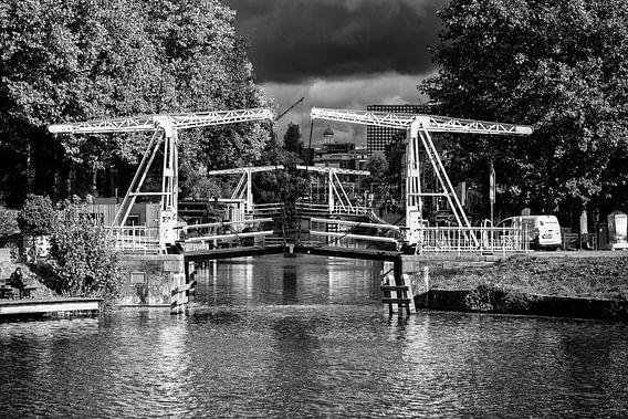 Donkere wolken boven de Leidse Rijn in Utrecht in zwart-wit (2)