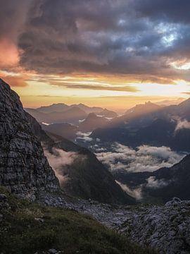 Sonnenstrahlen wecken das Tal von Thomas Weber