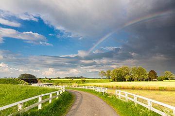Een regenboog boven het landschap bij Aduarderzijl in Groningen van Bas Meelker