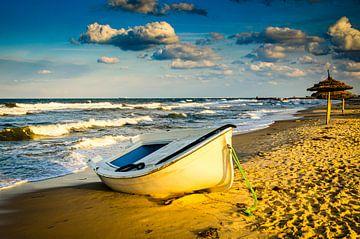 Eenzame roeiboot op het zandstrand van Sousse in Tunesië van Dieter Walther