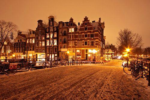 Besneeuwd Amsterdam in de jordaan bij nacht