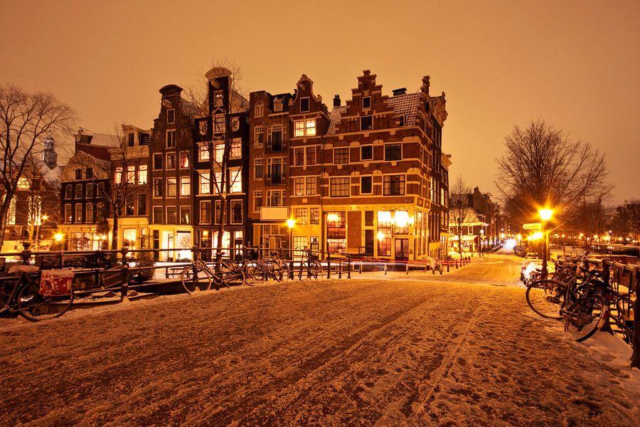 Besneeuwd Amsterdam in de jordaan bij nacht van nilaya van vliet