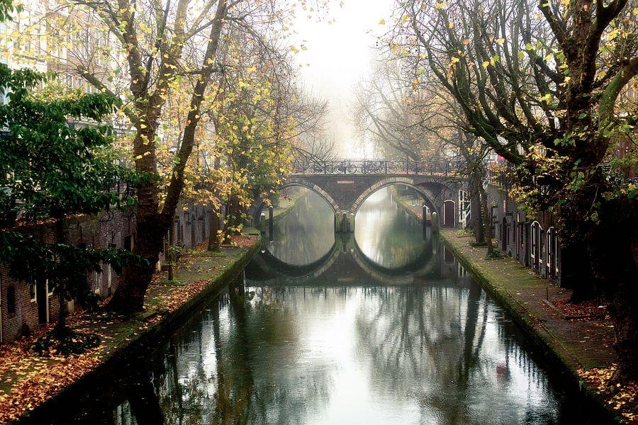 Oudegracht met de Hamburgerbrug in Utrecht op een mistige novemberochtend van De Utrechtse Grachten