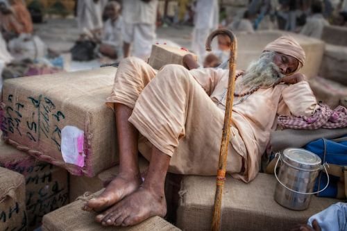 Indiase slapende  pelgrim op het station van Haridwar in India. Wout Kok One2expose van