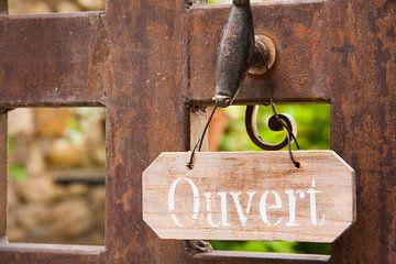 Deur met bord in Frankrijk von Rosanne Langenberg