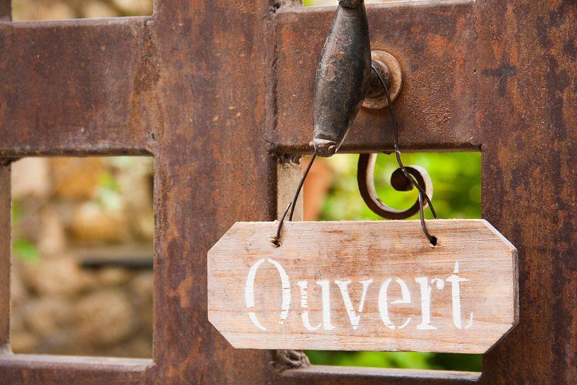 Deur met bord in Frankrijk van Rosanne Langenberg