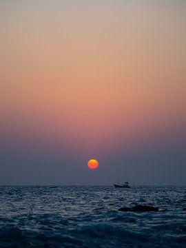 Fischerboot bei Sonnenuntergang in Mirissa, Sri Lanka von Teun Janssen