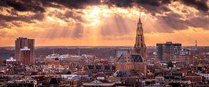 Een mooie avondlucht met zonsondergang boven skyline van Groningen.