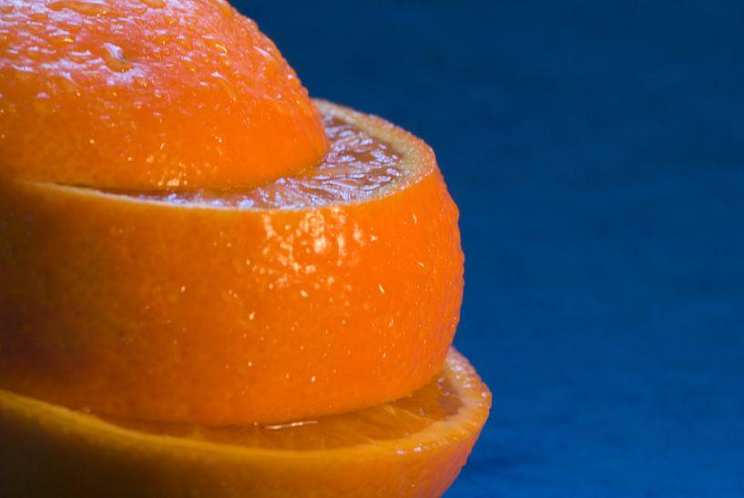 Sinaasappel op blauw. van Bas Smit
