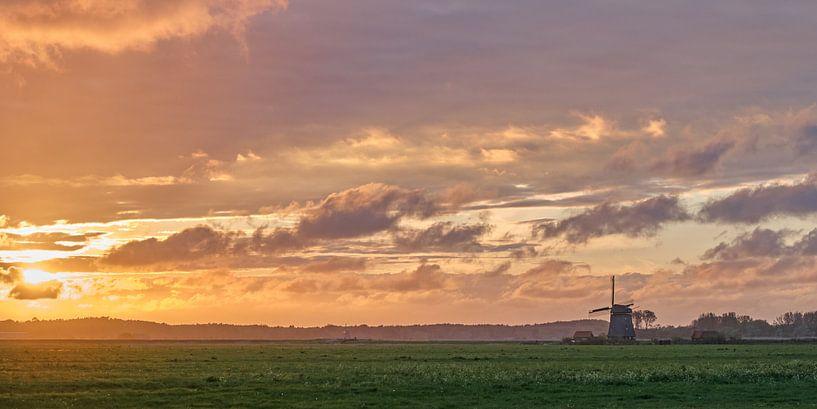Molen in de polder van Egmond in een vurige zonsondergang van Ronald Smits