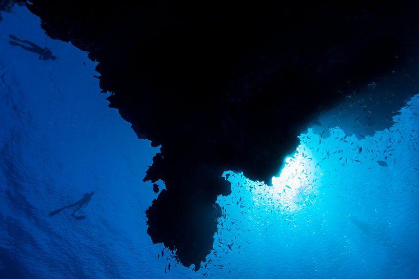 Silhouet van rif met freedivers van Eric van Riet Paap