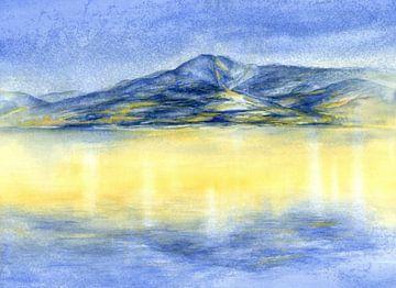 Blauer Berg und Spiegelung des Sonnenlichts im Meer