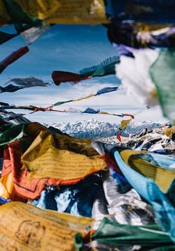 Kleurrijke Tibetaanse gebedsvlaggen met een doorkijk op Annapurna berg in Himalaya Nepal van Robin Patijn