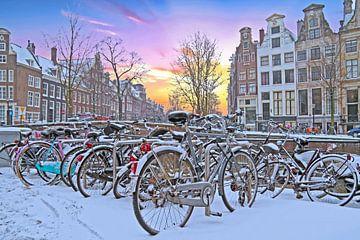 Besneeuwd Amsterdam in Nederland bij zonsondergang van Nisangha Masselink